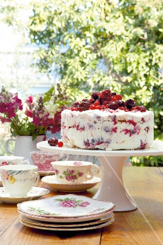 An ice cream-meringue cake with berries