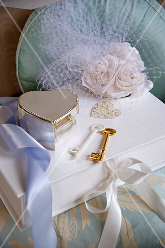 Wedding accessories: a jewellery box, keys and silk flowers