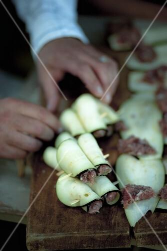 Auberginen-Hackfleisch-Röllchen zubereiten