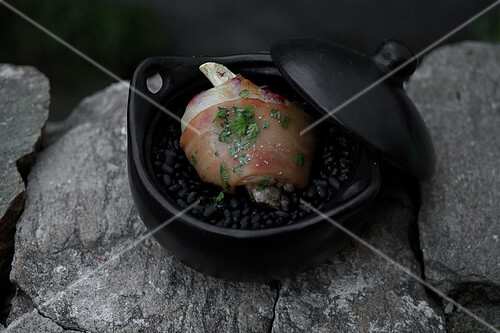 Knuckle of ham and black bean cooking pot