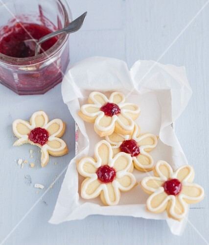Shortbread flowers decorated with Swiss meringue and strawberry jam