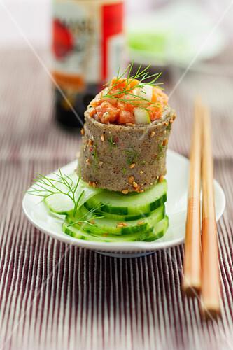 maki sushi aus buchweizenomelett mit birne und lachs bild kaufen 60361675 stockfood. Black Bedroom Furniture Sets. Home Design Ideas