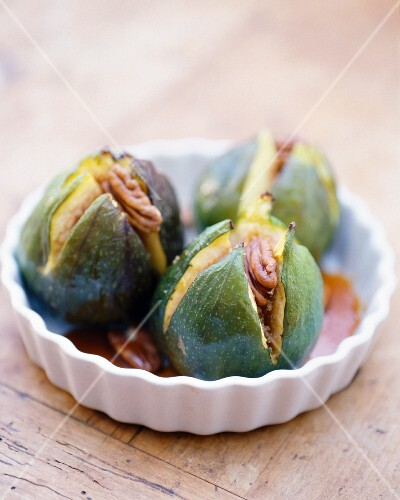 Roast figs with caramel and pecan nuts