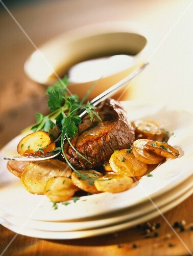 honey-cooked rumpsteak with fried potatoes and parsley