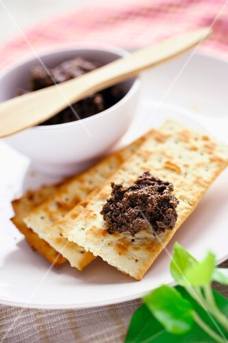 Tapenade with crackers