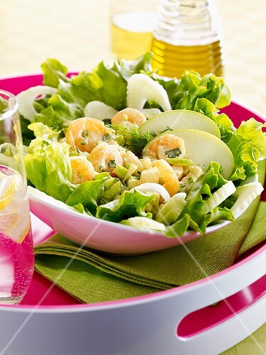 Green salad with fennel, green apple and prawns