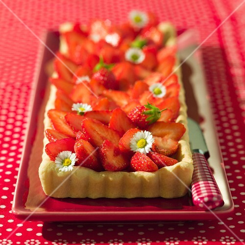Strawberry tart with daisies