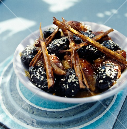 Braised plums and baked plums with sesame seeds and cinnamon