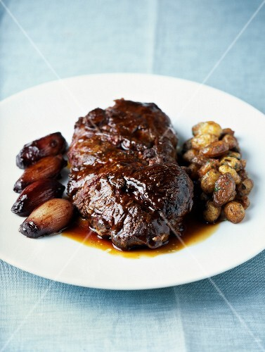 Beef with whole shallots and Grenaille potatoes