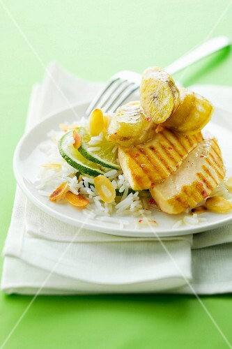 Grilled chicken with bananas, rice with almonds and lime