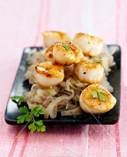 Pan-fried scallops with shallots