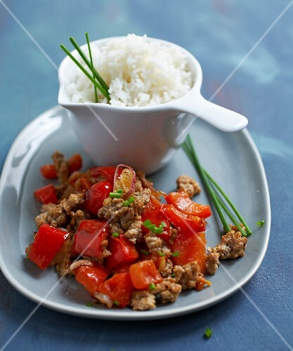 Braised minced veal and red peppers with white rice