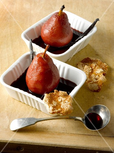 Pears poached in vanilla-flavored red wine and crunchy cookies