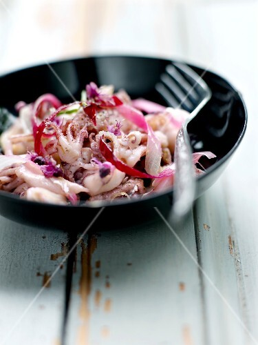 Pan-fried calamaries with red onions