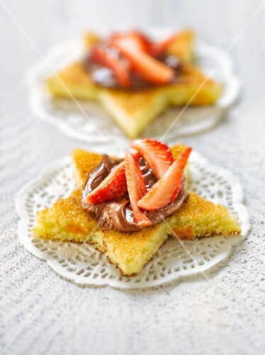Star-shaped brioche topped with chocolate and strawberries