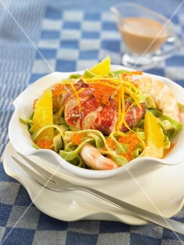 salat mit spinattagliatelle hummer garnelen und orange bild kaufen 60191071 stockfood. Black Bedroom Furniture Sets. Home Design Ideas