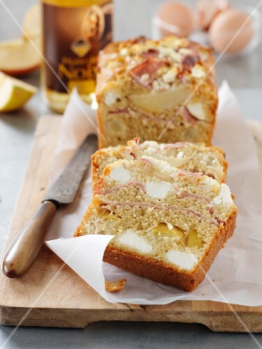 Apple, ham and goat's cheese savoury cake