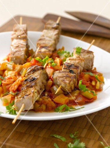 Tuna and bell pepper brochettes in tomato sauce