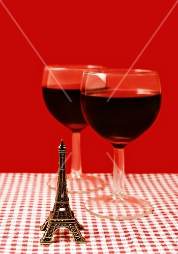 Composition with a mini Eiffel Tower and two glasses of red wine