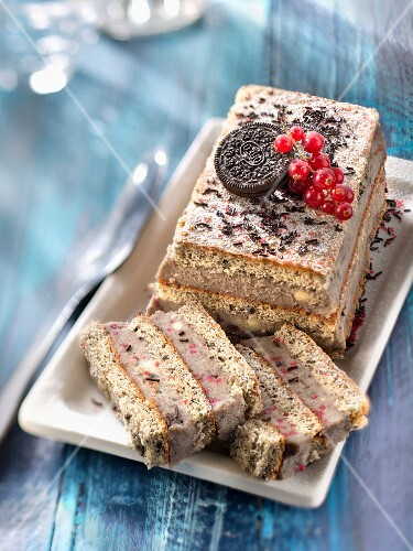 Oreo biscuit log cake