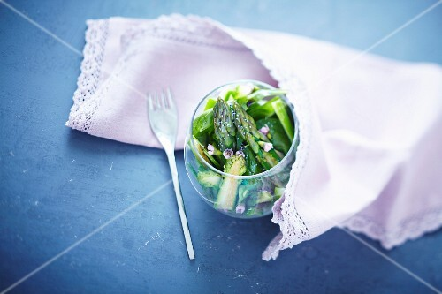 Green asparagus salad with spinach and edible flowers