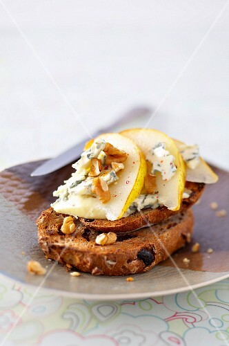 Toasted raisin bread with Fourme d'Ambert,thin slices of pear and walnuts