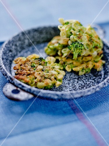 Farfalline and broccoli fritters