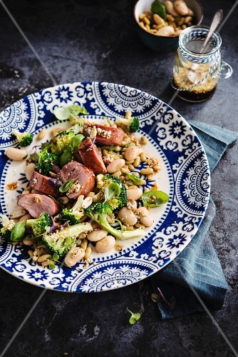 Pork fillet with white beans, peaberries and broccoli