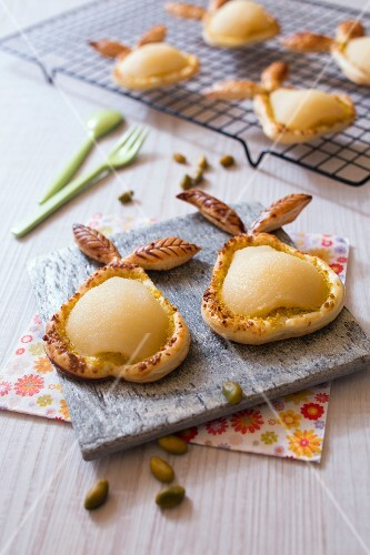Flaky pastry pears with pistachio crumbs