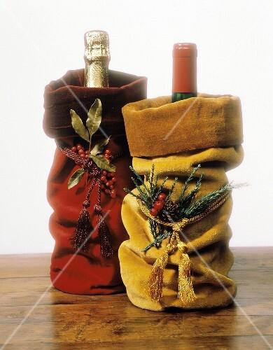 sektflasche und weinflasche als weihnachtsgeschenke bild. Black Bedroom Furniture Sets. Home Design Ideas