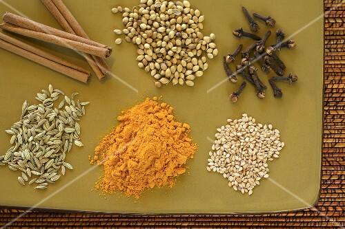 sechs verschiedene indische gew rze bild kaufen 654813 stockfood. Black Bedroom Furniture Sets. Home Design Ideas