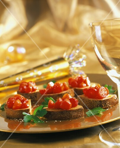 bruschetta mit tomaten glas weisswein bild kaufen 663861 stockfood. Black Bedroom Furniture Sets. Home Design Ideas