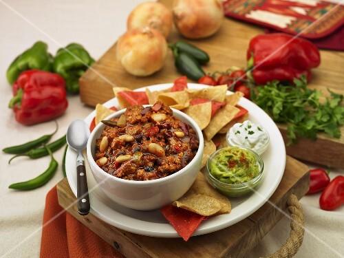 chili con carne mit tortillachips guacamole und sour cream mexiko bild kaufen 688483. Black Bedroom Furniture Sets. Home Design Ideas