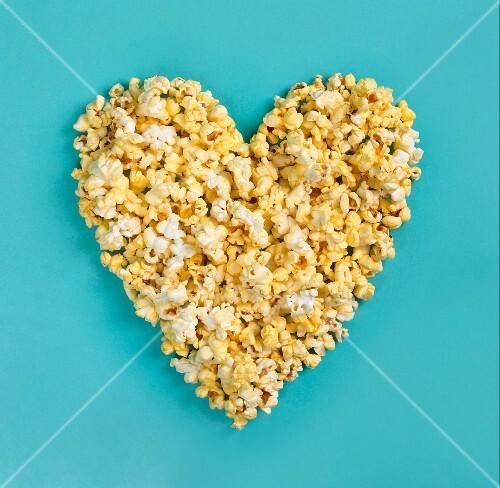 herz aus popcorn auf blau bild kaufen 691715 stockfood. Black Bedroom Furniture Sets. Home Design Ideas