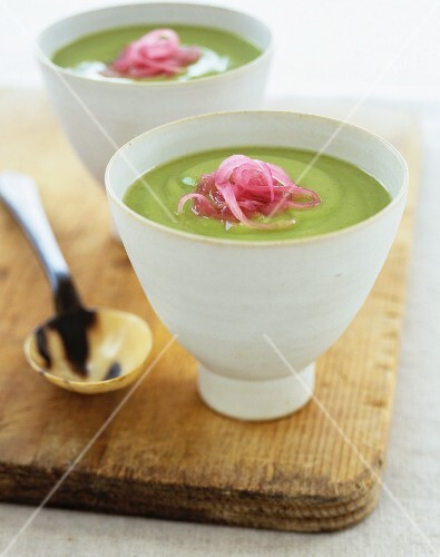Pea soup with red onions