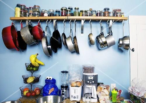 Küchenablage Regal ~ küchenutensilien& vorräte auf küchenablage darüber regal mit gewürzen und aufgehängten töpfen
