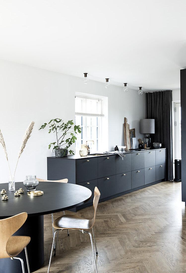 Elegant black kitchen - on a budget