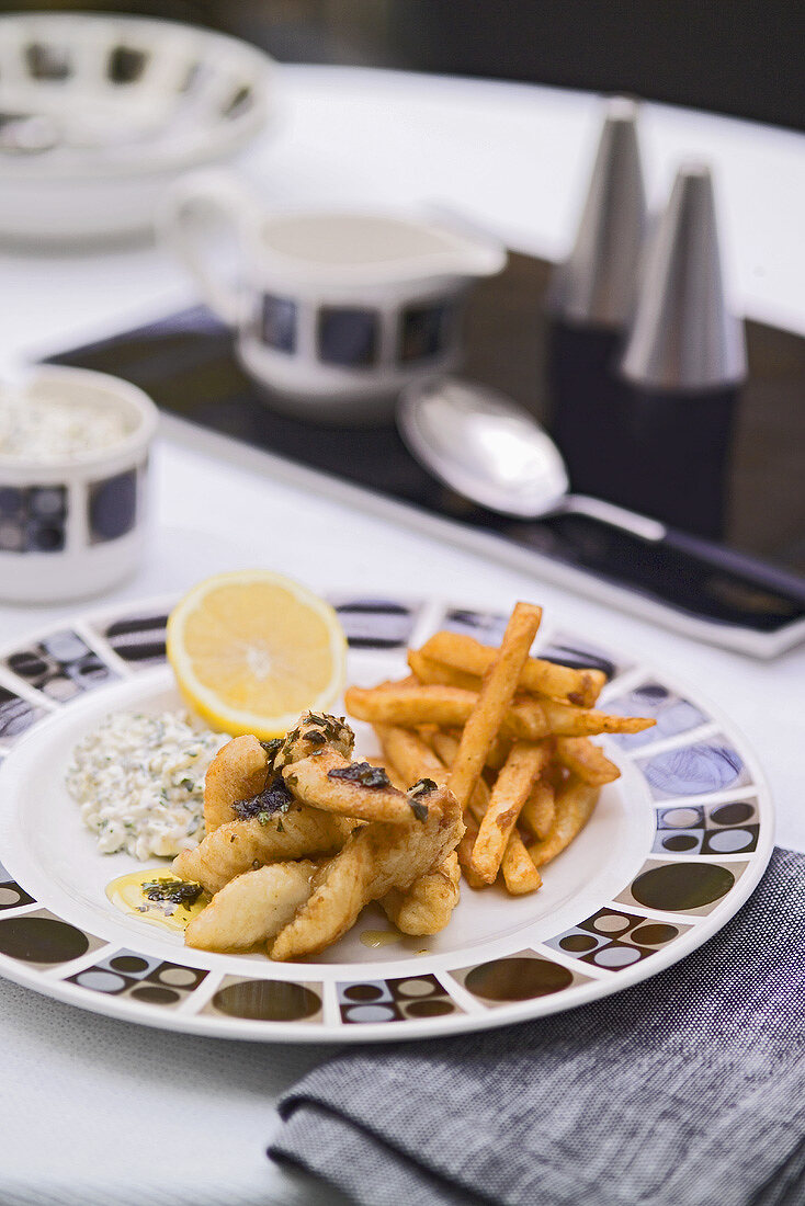 Deep-fried prawns with chips and tartar sauce