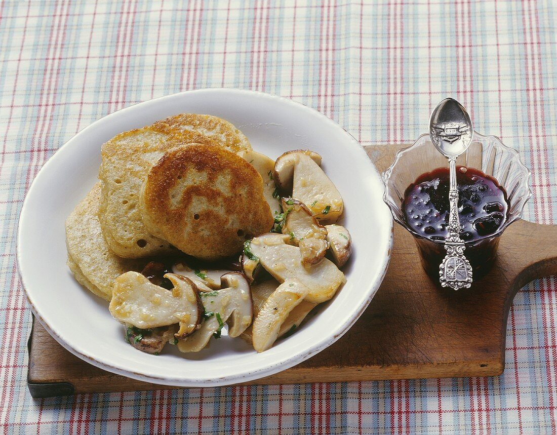 Green spelt pancakes with ceps and elderberry compote