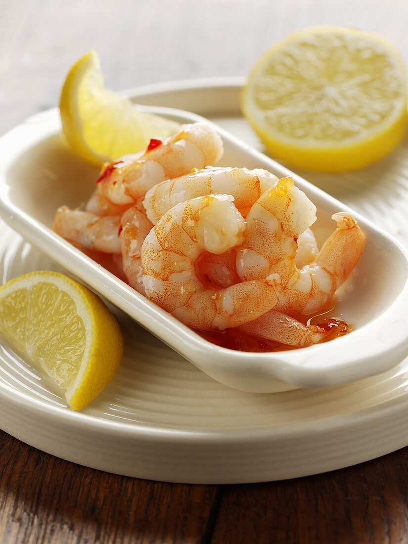 Prawns with chilli sauce and lemon wedges