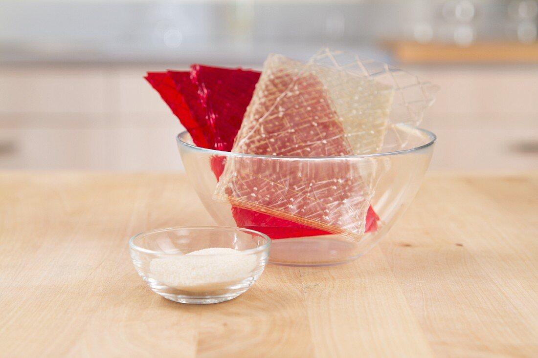 Gelatinepulver, rote und weiße Blattgelatine