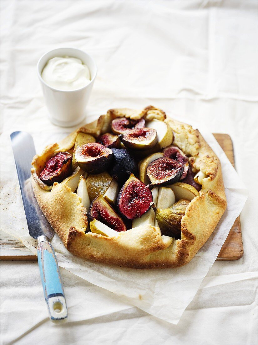 Fig tart with cream