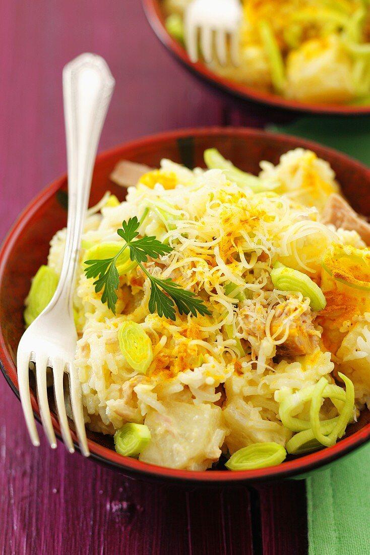 Tuna, pineapple and leek salad with cheese
