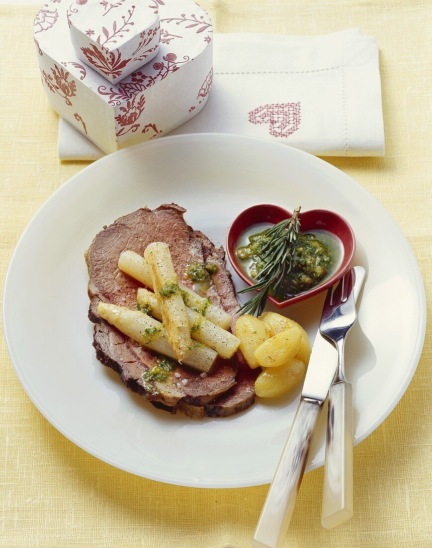 Roast beef with asparagus and parsley pesto