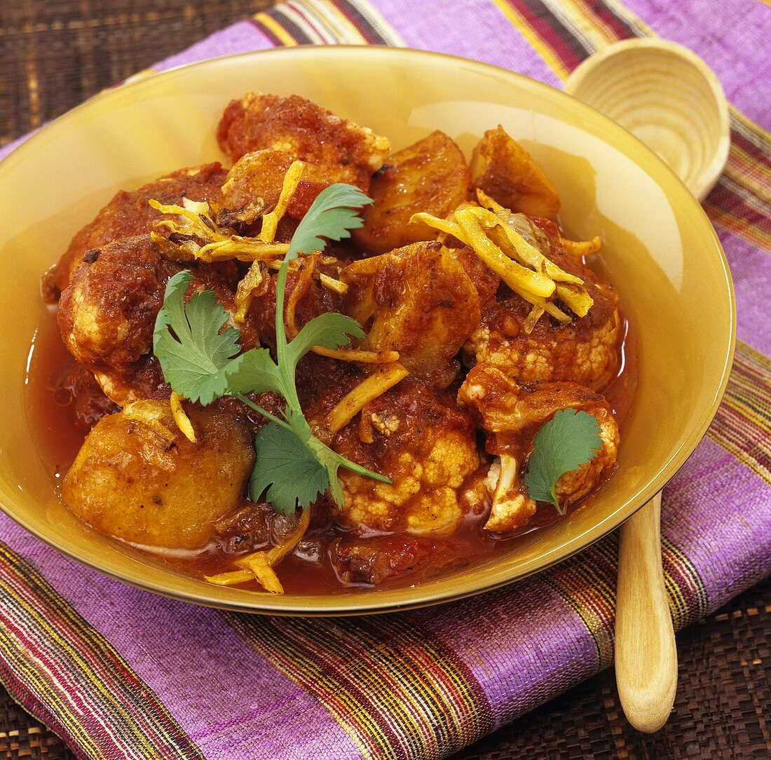 Aloo gobi (Potato & cauliflower curry from the Punjab, India)