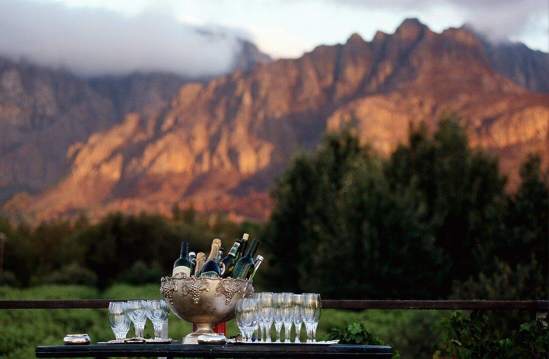Getränke und Gläser beim Sonnenuntergang, Weingut Paarl, Südafrika