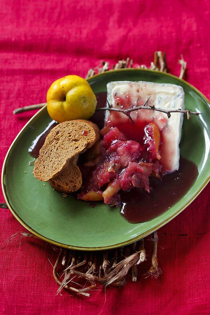 Quince in syrup with blue cheese and bread