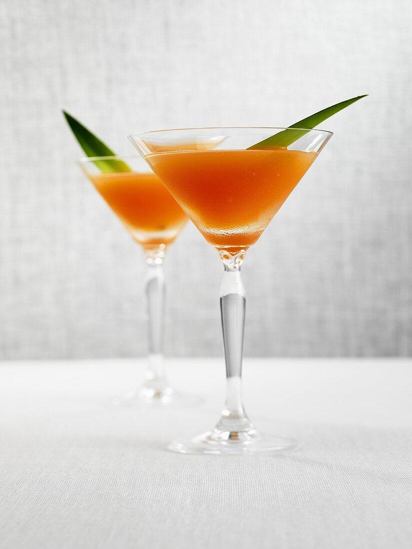 Alkopops in zwei Martinigläsern
