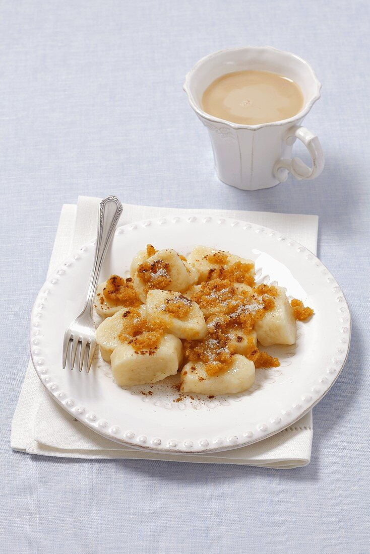 Quark dumplings with butter crumbs and coffee