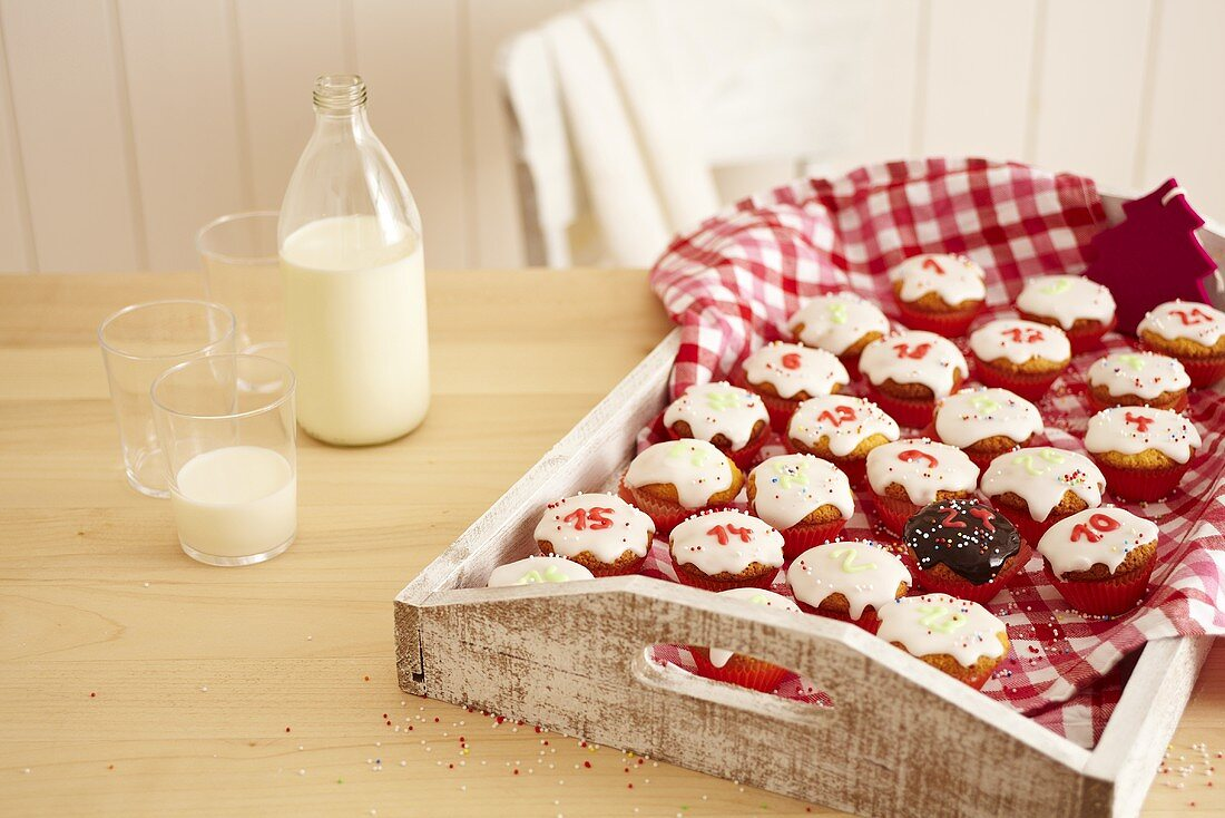 Adventskalender-Cupcakes auf Tablett